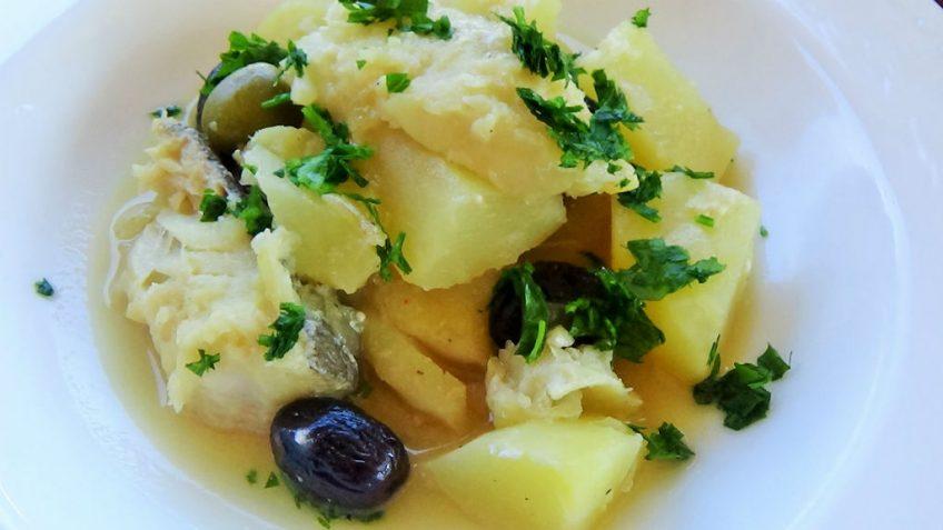 Insalata fresca con patate, sedano, olive ed olio al rosmarino